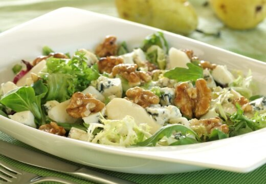 Зеленый листовой салат с грушами, сыром Рокфор и грецкими орехами в карамели