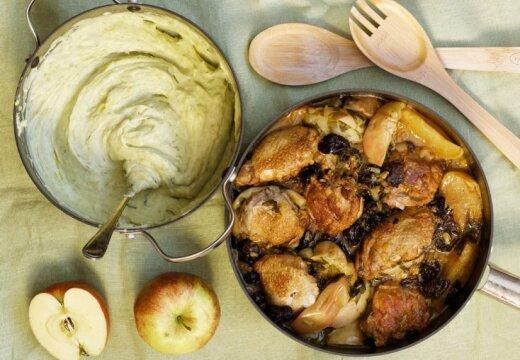 Курица с яблоками и черносливом и пюре из картофеля и порея